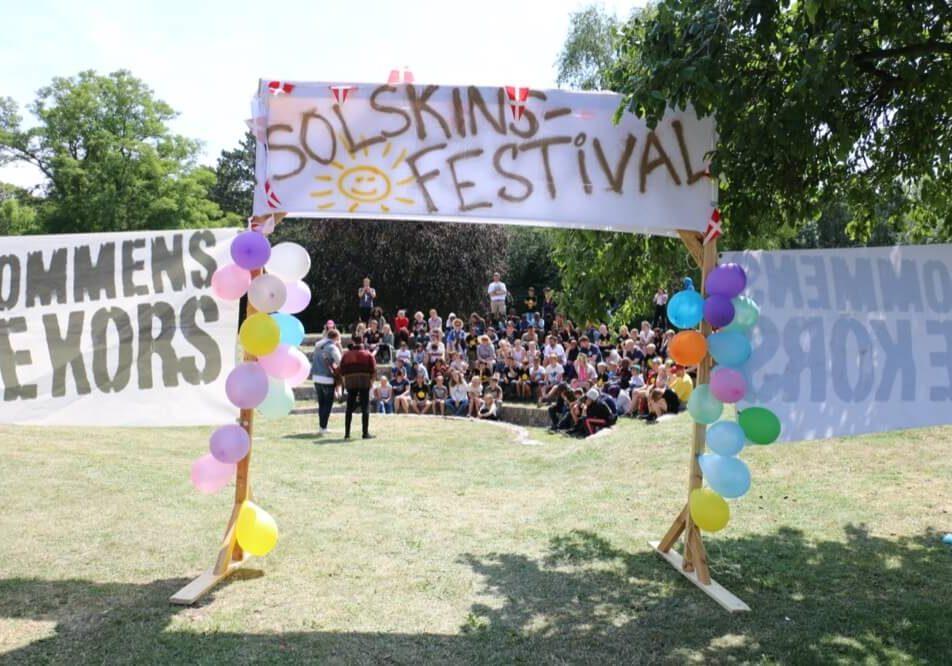 På solskinlejr i 2019 var vi på solskinsfestival. Der var forskellige optrædener og en masse sjove og spændende boder man kunne prøve